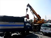 Xe cẩu lại gây mất điện tại Thủ đô