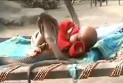 Em bé say ngủ giữa... 4 con rắn hổ mang