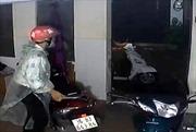 Cảnh trộm bẻ khóa nhà trọ dắt xe Lead