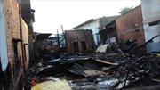 Cháy rụi xưởng gỗ giữa khu dân cư