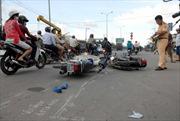 Mải nhìn tai nạn, hai người đi xe máy đâm nhau