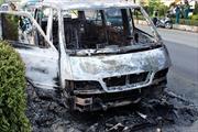 Xe khách bốc cháy, 12 người thoát chết