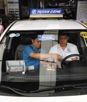 Hà Nội gắn phù hiệu mới cho hãng taxi đầu tiên