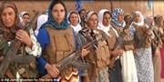 Phụ nữ Kobane cầm súng chiến đấu chống IS.