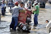 Người dân TP. Hồ Chí Minh 'bì bõm' trong triều cường