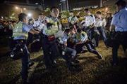 Người biểu tình Hong Kong đụng độ cảnh sát trong đêm