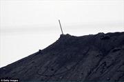 Lính Kurd hạ cờ đen IS trên ngọn đồi tại Kobane