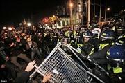 London náo loạn vì người đeo mặt nạ biểu tình