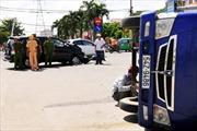 'Xế hộp' húc lật nhào xe tải trên phố Sài Gòn