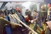 Tàu chở nhựa đường đậu gần kho xăng bốc cháy