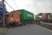 Mất lái, container hất bay dải phân cách
