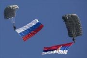 Lính dù Nga bay lượn trên bầu trời 'sát sườn' NATO