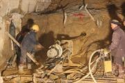 Tiếp tục đào hầm sập, sức khỏe nạn nhân ổn định