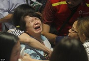 Người thân khóc ngất khi tìm thấy thi thể nạn nhân máy bay AirAsia