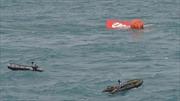 Đuôi máy bay AirAsia được đưa lên mặt nước