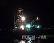 Cứu 10 thuyền viên bị sóng đánh chìm
