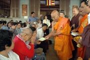 Trao quà từ thiện cho Phật tử Việt kiều và người nghèo Campuchia