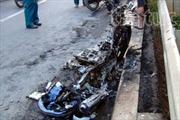Xe máy đang đi bốc cháy, hai vợ chồng thoát nạn