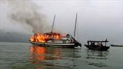 Cháy tàu du lịch nghỉ đêm trên Vịnh Hạ Long