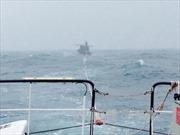Tiếp cận hai tàu cá gặp nạn tại Hoàng Sa