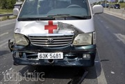 Xe cứu thương đâm xe 2 ô tô