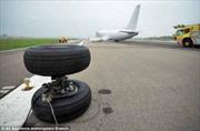 Máy bay Boeing rơi bánh, lê bụng trên đường băng