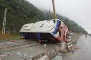 Xe khách giường nằm gây tai nạn, 7 người bị thương