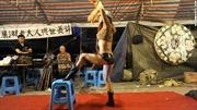 Trung Quốc cấm thuê vũ công nhảy thoát y trong đám tang