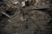 Người Nepal dùng tay không đào đất cứu nạn nhân động đất