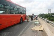 Xe khách vượt đường tông 4 người chết