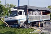 Mất lái, xe tải cuốn cả xe máy và người lái vào gầm
