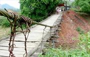 Đánh đu với tính mạng trên cầu treo hơn 40 năm tuổi