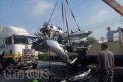 Xe container đâm bẹp dúm xe con, 5 người tử vong