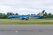 Boeing 787-9 Dreamliner đầu tiên của Vietnam Airlines bay trình diễn tại Pháp