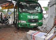 Xe khách mất lái, tông sập cổng nhà dân