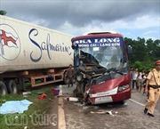 Xe khách va chạm xe container, 6 người thương vong