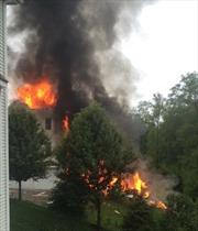 Máy bay rơi thiêu cháy nhà dân