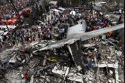 Xác máy bay nát vụn sau khi rơi vào khu nhà dân