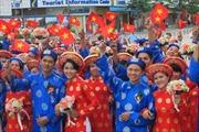 100 cặp đôi dâng hoa tại tượng đài Bác Hồ