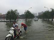 """Hà Nội: Phố thành """"sông"""" sau cơn mưa lớn"""