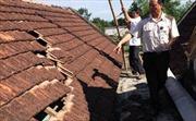 Nhà dân bị tốc mái nghi do tàu bay tại Vinh