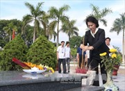 Bà Nguyễn Thị Kim Ngân viếng nghĩa trang Mai Dịch