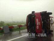 Cứu chữa người bị thương trong xe lật trên cao tốc Pháp Vân-Cầu Giẽ