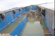 Tàu xả bùn thải biến nước biển Nghệ An thành 3 vệt màu