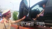 Cảnh sát giao thông có được cẩu xe khi có người bên trong?