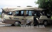 Xe comtainer tông dúm xe khách, 7 người bị thương