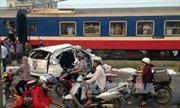 Tàu hỏa đâm ô tô tại Hà Nội, 5 người thiệt mạng