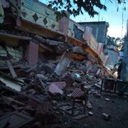 Hàng loạt nhà đổ sập sau trận động đất tại Indonesia