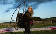 Cô gái xinh đẹp bay 7.000 km cùng thiên nga