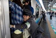 Thảng thốt với cảnh giờ cao điểm ở ga tàu điện ngầm Nhật Bản